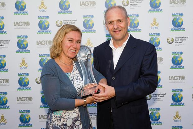 Paula Oliveira, directora Ejecutiva de Turismo de Lisboa, y Miguel Gonzaga, Brand Manager de Turismo de Lisboa, recibiendo el premio en el evento International Golf Travel Market, celebrado en Tenerife.