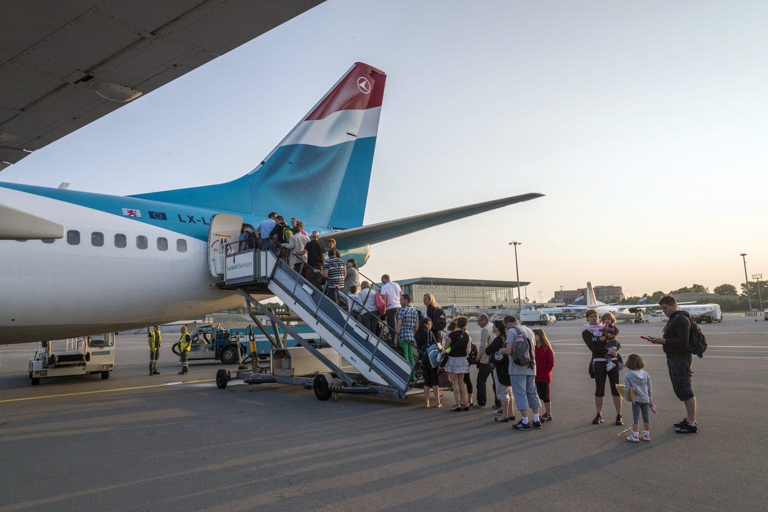 b737-700-lx-lgs-passengers-embarking-through-the-rear-546